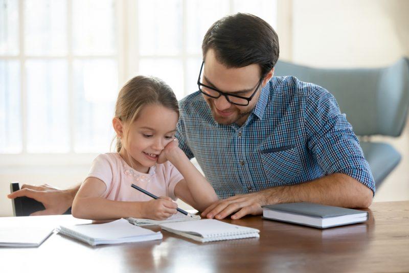 Hausaufgabenbegleitung durch die Eltern