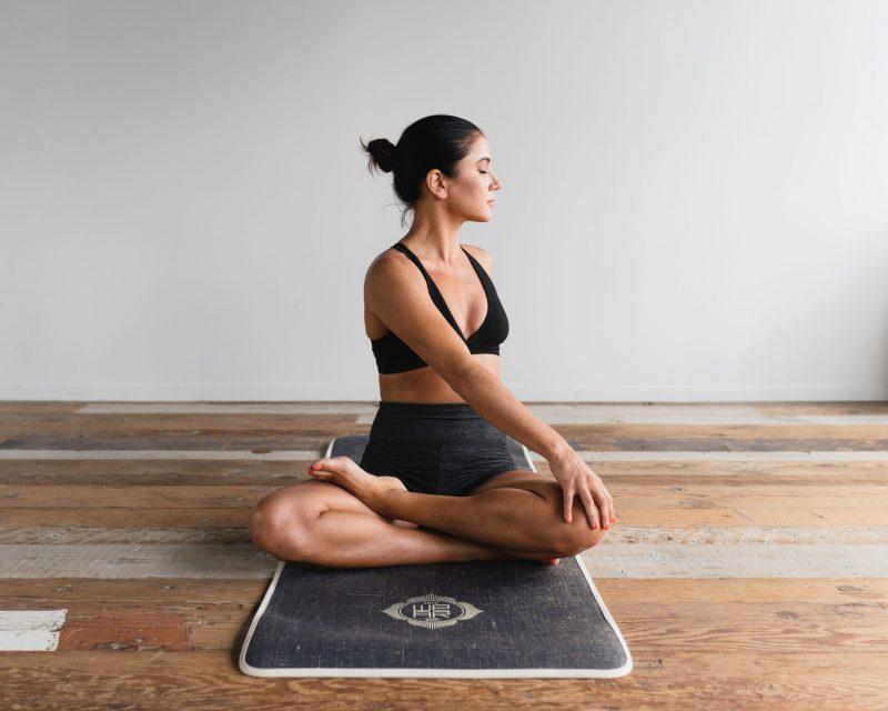 Bereits einfache Yoga-Übungen helfen dabei, Körper, Geist und Seele in Einklang zu bringen.