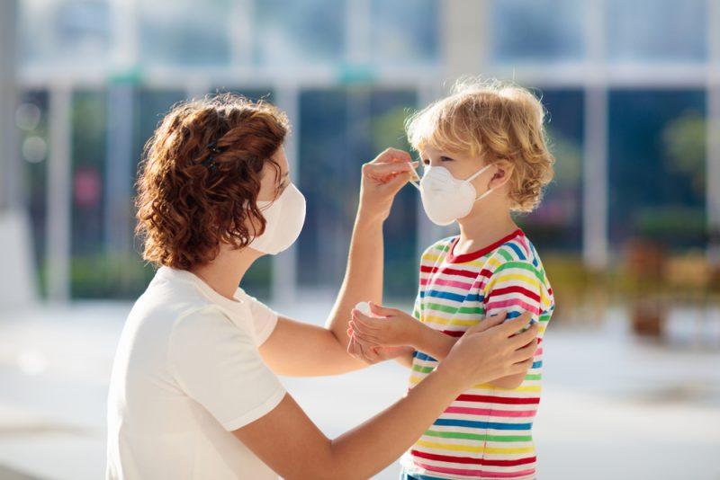 Das Tragen einer Maske kann für manche mit traumatischen Erlebnissen verknüpft sein, gerade auch in der kindlichen Entwicklungsphase.