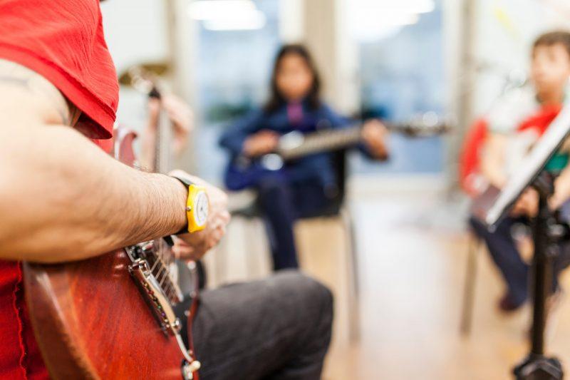 Das gemeinsame Musizieren, auch im therapeutischen Setting, kann den Patient*innen neue Zugänge ermöglichen.